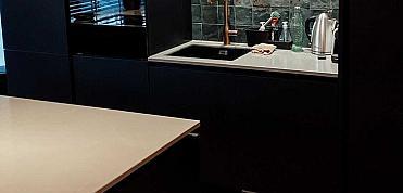 Mooie nuance van de Artisan Moss Green in Rotterdamse keuken